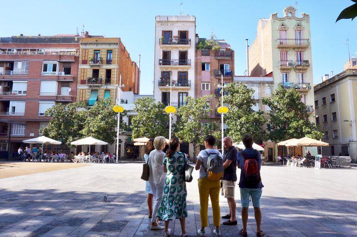 """Florence Siguret avec un groupe de touristes dans le centre de Barcelone. """"L'idée, c'est d'éviter les points négatifs comme les problèmes de cohabitation avec les habitants"""" (www.barcelona-autrement.com)"""