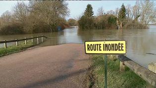 Plusieurs départements font face aux inondations ce jeudi 25 janvier. Les dégâts sont considérables et les craintes nombreuses. Reportage. (France 2)