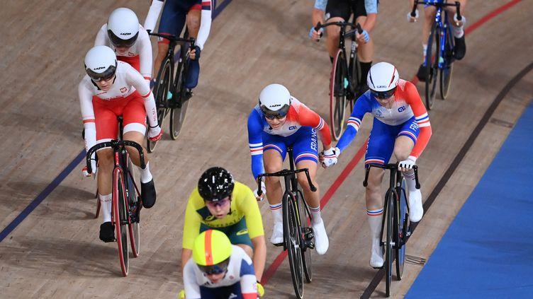Les Françaises Marie Le Net et Clara Copponi lors de la course à l'américaine des Jeux olympiques de Tokyo, vendredi 6 août. (PETER PARKS / AFP)