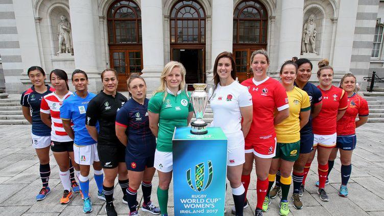 Les capitaines des 12 sélections participant à la 8e édition de la Coupe du Monde féminine de rugby réunies derrière le trophée tant convoité. (PAUL FAITH / AFP)