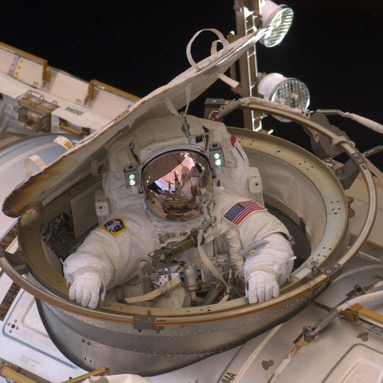 L'astronaute Andrew Feustel rentre dans la Station spatiale internationale, après une sortie extra-véhiculaire, le 22 mai 2011. (NASA / AFP)