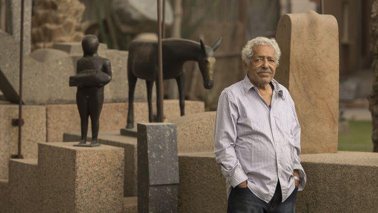 Une photo prise au Caire (Egypte) en 2014 du sculpteur égyptien Adam Henein, devant quelques unes de ses oeuvres. (BASSAM ALZOGBY / AFP)