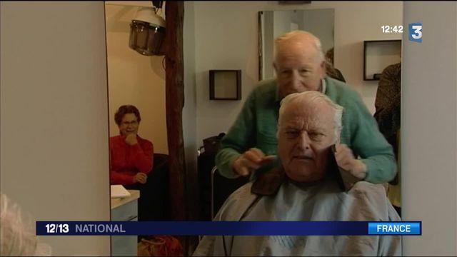 Eure : le plus vieux coiffeur de France retrouve son salon détruit après un incendie