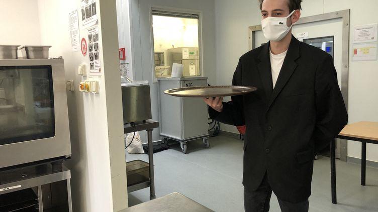 Comme Maël, étudiant au CFA de Bordeaux, les apprentis se sont entraînés au service en salle dans les cuisines pédagogiques de leur école. (BASTIEN MUNCH / RADIOFRANCE)