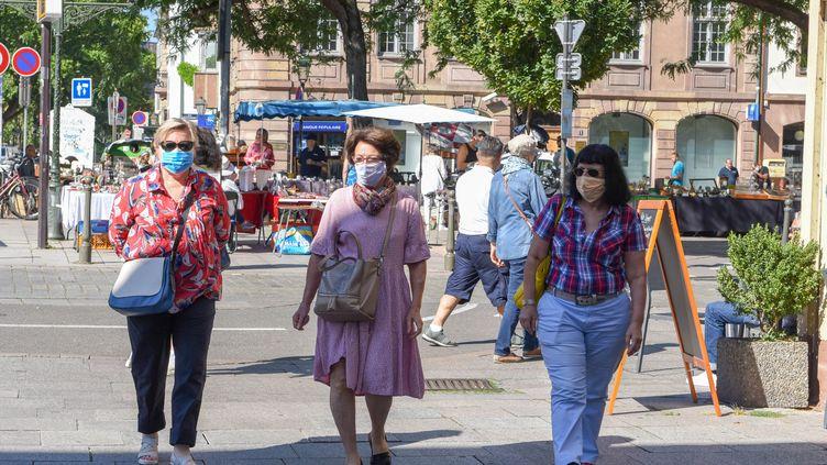 Des passantes portent un masque dans une rue de Strasbourg, le 5 août 2020. (MAXPPP)