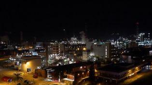 À Tarragone (Espagne), une explosion suivie d'un incendie dans une usine chimique inquiète. Deux personnes ont perdu la vie et huit ont été blessées mardi 14 janvier. (FRANCE 2)