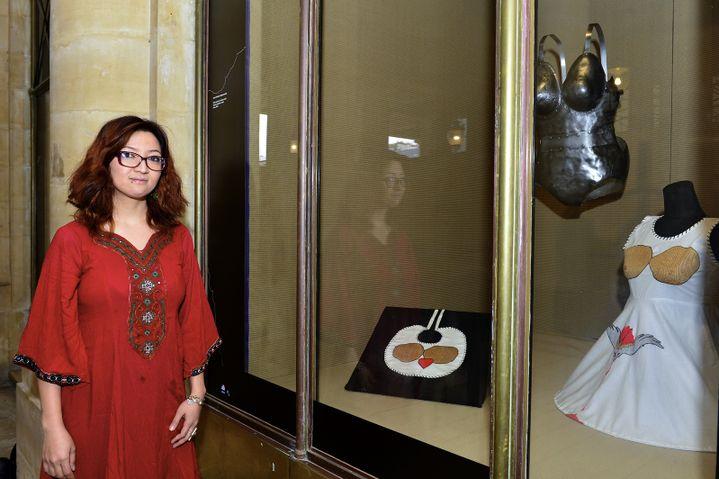 Kubra Khademi devant son oeuvre exposée dans la vitrine du Palais Royal.  (Thibaut Chapotot)