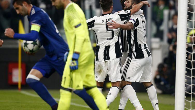 Gonzalo Higuain félicité par l'ancien Lyonnais Miralem Pjanic, alors que Gonalons et Lopes tentent de se relancer avec l'OL (MARCO BERTORELLO / AFP)