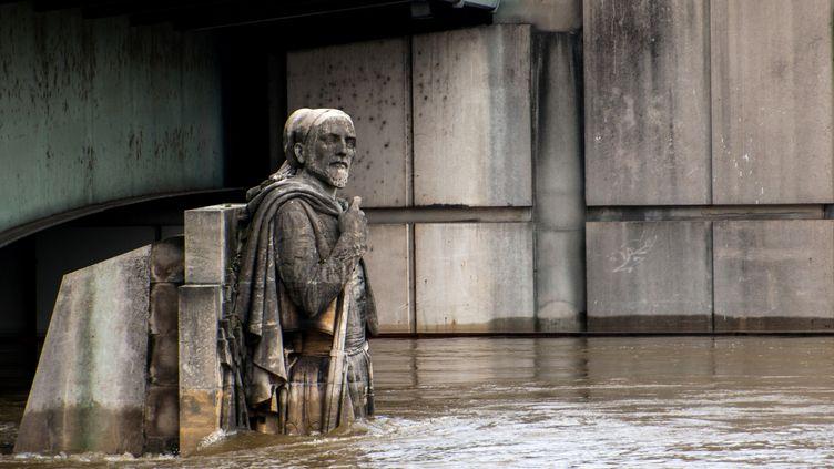 Le Zouave du pont de l'Alma est en partie immergé dans la Seine en crue, à Paris, le 4 juin 2016. (DENIS PREZAT / CITIZENSIDE / AFP)