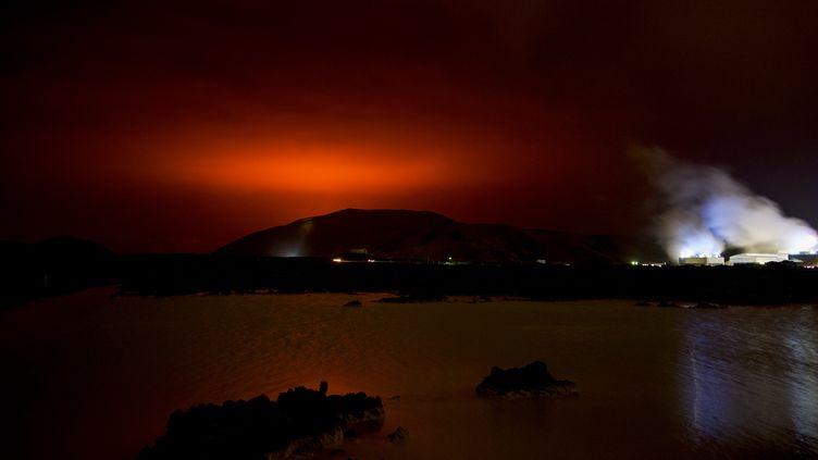 Des images du ciel deReykjavik après l'éruption volcanique du volcanFagradalsfjall, vendredi 19 mars 2021. (HALLDOR KOLBEINS / AFP)