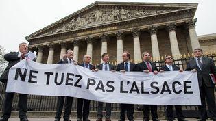 Des députés alsaciens ont déployé une banderole devant l'Assemblee nationale, contre la création d'une très grande région Alsace-Lorraine Champagne-Ardenne, le 20 novembre 2014. (  MAXPPP)
