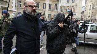 Marcel Jacob (à droite), le visage dissimulé, acompagné de son avocat, Stéphane Giuranna, à la sortie du tribunal à Dijon (Côte-d'Or), le 4 décembre 2017. (PHILIPPE DESMAZES / AFP)