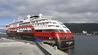 """Le navire de croisière """"MS Roald Amundsen"""",ici à Tromso (Norvège),le 1er août 2020. (RUNE STOLTZ BERTINUSSEN / NTB SCANPIX / AFP)"""