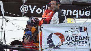 Armel Le Cléac'h, sur son bateau lors de sa victoire dans le Vendée Globe, le 19 janvier 2017 aux Sables d'Olonnes. (DAMIEN MEYER / AFP)