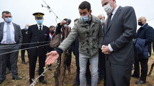 Le Premier ministre français Jean Castex discute avec un viticulteur à Montagnac(Hérault),le 17 avril 2021, dans un vignoble touché par le gel du 8 avril 2021. (SYLVAIN THOMAS / AFP)