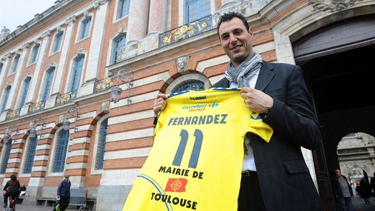 Jérôme Fernandes pris en tenaille par la défense serbe