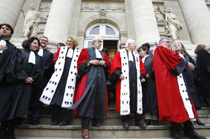 Mouvement de protestation des avocats, greffiers et fonctionnaires de justice, devant le palais de justice d'Amiens (Somme), le 9 février 2011, à la suite des propos de Nicolas Sarkozy sur le suivi du meurtrier présumé de Laëtitia Perrais. (MAXPPP)