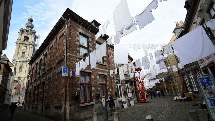 Une exposition de rue se tient à Mons (Belgique), le 21 janvier 2015. (EMMANUEL DUNAND / AFP)