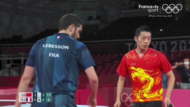 Dans le troisième match décisif du quart de finale par équipes, Xin Xu a pris le meilleur sur Emmanuel Lebesson en trois sets (11/8, 11/5, 11/6). La Chine se qualifie pour les demi-finales où elle retrouvera la Corée du Sud.