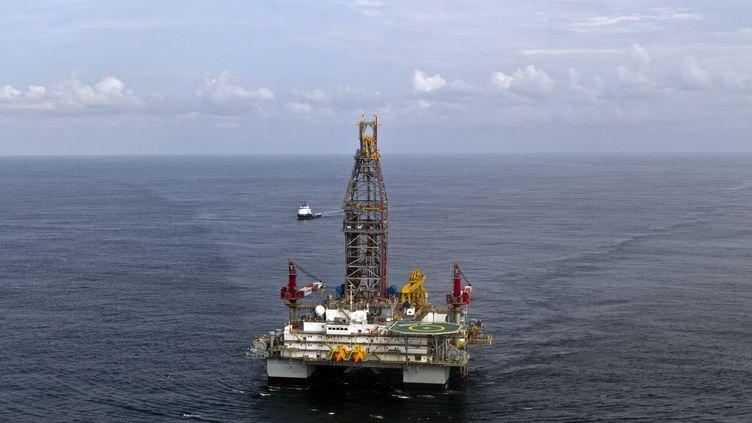 Une plateforme pétrolière au large de la Guyane, le 17 septembre 2011. (JODY AMIET / AFP)