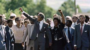 Nelson Mandela, après sa libération, le 11 février 1990 à Paarl, accompagné de sa femme Winnie. (ALEXANDER JOE / AFP)