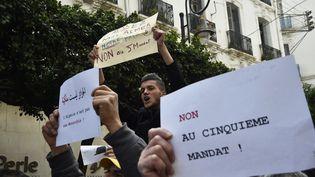 Des Algériens manifestentpour s'opposer à un 5e mandat d'Abelaziz Bouteflika, dimanche 24 février, à Alger. (RYAD KRAMDI / AFP)