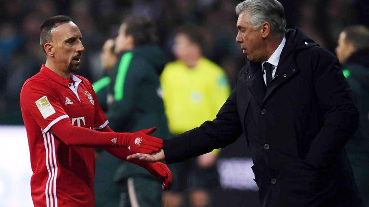 Franck Ribéry et Carlo Ancelotti se tapent dans la main (PATRIK STOLLARZ / AFP)