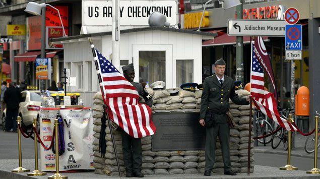 """(L'ancien poste-frontières """"Checkpoint Charlie"""" à Berlin, devenu une attraction touristique en 2014. © Maxppp)"""
