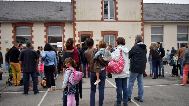 Des enfants, accompagnés de leurs parents, attendant de faire leur rentrée dans une école de Vertou (Loire-Atlantique), le 4 septembre 2017. (LOIC VENANCE / AFP)