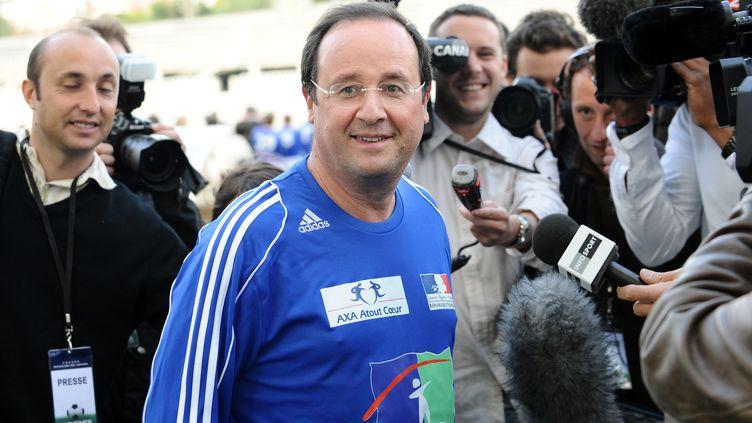 François Hollande participe à un match de football caritatif au stade Charléty, à Paris, le 20 mai 2008. (PATRICK HERTZOG / AFP)