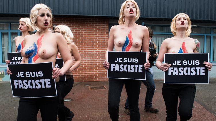Des militantes Femendevant un bureau de vote à Hénin-Beaumont (Pas-de-Calais), le 29 mars 2015 lors du second tour des élections départementales. (DENIS CHARLET / AFP)