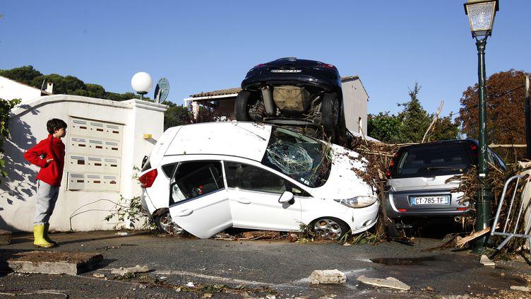 Des voitures dévastées par les innondations à Biot (Alpes-Maritimes), le 4 octobre 2015. (JEAN-CHRISTOPHE MAGNENET / AFP)