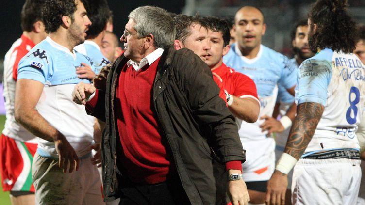 Le père d'Imanol Harinordoquy en pleine bagarre lors d'un match Biarritz-Bayonne le 29 novembre 2011. (JEAN-DANIEL CHOPIN / MAXPPP)
