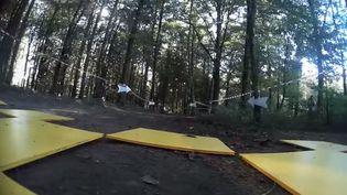 Capture d'écran montrant le parcours entre les arbres d'une course de drones en pleine foret en Haute-Savoie, àArgonay (FELLI LOSS / YOUTUBE)