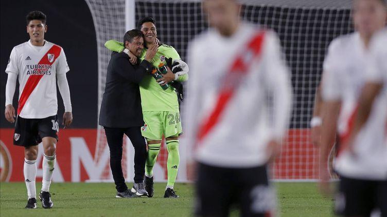 L'entraîneur de River Plate Marcelo Gallardo célèbre la victoire de son équipe (2-1) contre l'Independiente Santa Fe avec Enzo Pérez, son gardien d'un jour, le 19 mai 2021. (JUAN IGNACIO RONCORONI/AP/SIPA / SIPA)