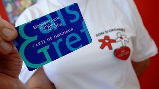 La carte de donneur d'organe, ici présentée sur un stand à Caen, n'a qu'une valeur symbolique. (MYCHELE DANIAU / AFP)