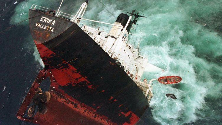 """""""L'Erika"""", lors de son naufrage, le 13 décembre 1999. (STEPHANE MARC / MARINE NATIONALE / AFP)"""