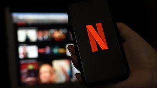 Netflix comptait,fin 2020, plus de 200 millions d'abonnés dans le monde (illustration). (OLIVIER DOULIERY / AFP)