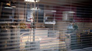 Dans l'unité Covid-19 de l'hôpital Louis-Mounier à Colombes (Hauts-de-Seine), le 4 mai 2021. (ALAIN JOCARD / AFP)