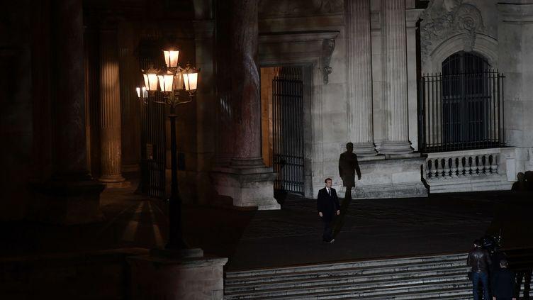 Emmanuel Macron marche dans la cour du Louvre après l'annonce de sa victoire à l'élection présidentielle, le 7 mai 2017. (PHILIPPE LOPEZ / AP / SIPA)