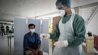 Un dépistage gratuit du coronavirus à l'aéroport de Bordeaux-Merignac, le 2 juillet 2020. (PHILIPPE LOPEZ / AFP)