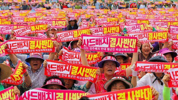Des milliers d'habitants du comté de Seongju, à environ 200 km au sud-est de Séouloù il sera installé, ont fait entendre leurs voix le 13 juillet 2016, en brandissant des pancartes proclamant leur «opposition absolue au déploiement de THAAD», selon l'agence sud-coréenne Yonhap.Certains ont entamé une grève de la faim, d'autres se sont entaillé les doigts pour écrire des slogans en lettres de sang. Située sur un site de production de melons, cette installation va, selon eux, avoirdes répercussions économiques et environnementales. Les opposants y voient une «menace pour les conditions de vie des 45.000 habitants du comté, dont 60% cultivent le melon».Depuis le 4e essai nucléaire nord-coréen du 6 janvier 2016, les tensions ne cessent de s'aggraver dans la péninsule. (YONHAP / AFP)