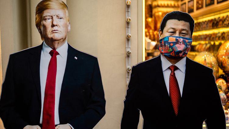 Des représentations en carton de Donald Trump et Xi Jinping devant une boutique de souvenirs à Moscou (Russie), le 3 juin 2020. (DIMITAR DILKOFF / AFP)