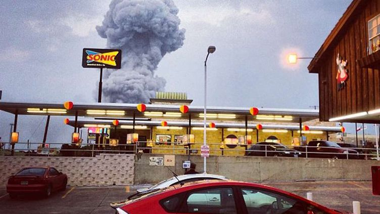 """""""C'est comme si une bombe nucléaire avait explosé"""". Voilà ce qu'à déclaré le maire de West (Texas, Etats-Unis) après qu'une puissante explosion a détruit une usine de sa ville. (ANDY BARTEE / INSTAGRAM / AP / SIPA)"""