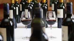 Franceinfo a fait analyser dix bouteills de vin afin de connaître leur composition. (PATRICK BERNARD / AFP)