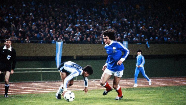 L'attaquant français Dominique Rocheteau rivalise avec un joueur argentin, lors du match de football Coupe du monde 1978 entre la France et l'Argentine, le 6 juin 1978. (- / AFP)