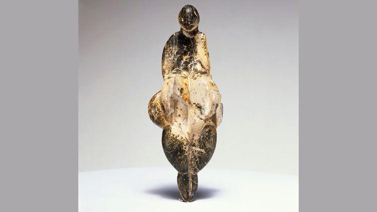 """Vénus de Lespugue, exposée au Centre Pompidou dans le cadre de l'exposition """"Préhistoire. Une énigme moderne. (ADAGP, Paris 2019)"""