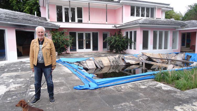 L'homme d'affaire français Christian de Berdouare devant une villa ayant appartenue au narcotrafiquant Pablo Escobar, le 13 janvier 2016 à Miami (Floride, Etats-Unis). (DIEGO URDANETA / AFP)