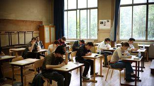 Des lycéens débutent une épreuve du baccalauréat, le 17 juin 2010, au lycée La Fontaine, à Paris. (OLIVIER LABAN-MATTEI / AFP)