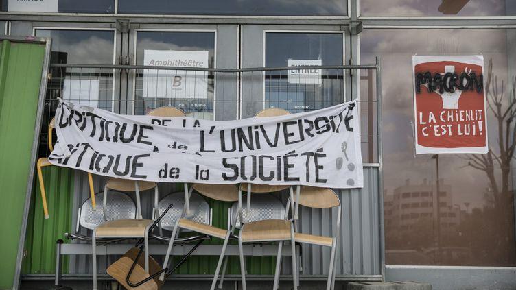 L'entrée d'un bâtiment de l'université de Nanterre (Hauts-de-Seine), bloquée, le 16 avril 2018. (MAXPPP)